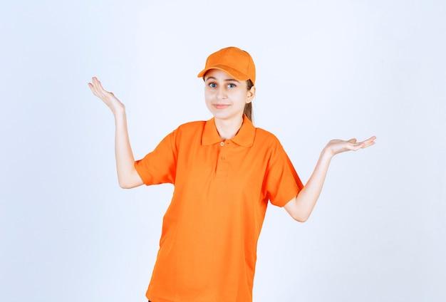 Corriere femminile che indossa uniforme arancione e cappuccio rivolto su entrambi i lati.