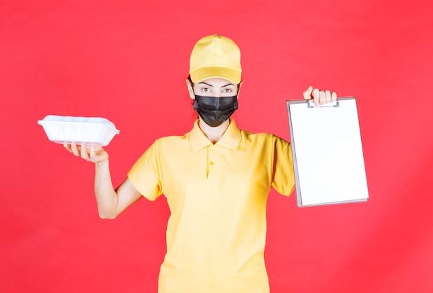 Corriere femminile in uniforme gialla e maschera nera che tiene un pacco da asporto e presenta l'elenco delle firme