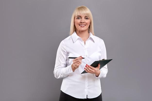 Compressa femminile della tenuta del cliente e segno pentaking per le domande.