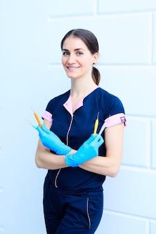 Dentista femminile con strumenti di odontoiatria