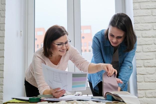 Designer donna e cliente che lavorano con campioni di tessuto