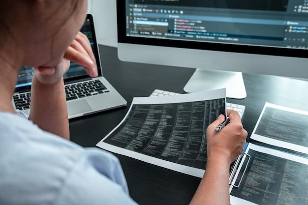 Programmatore sviluppatore femminile che lavora sul computer software del programma di codifica