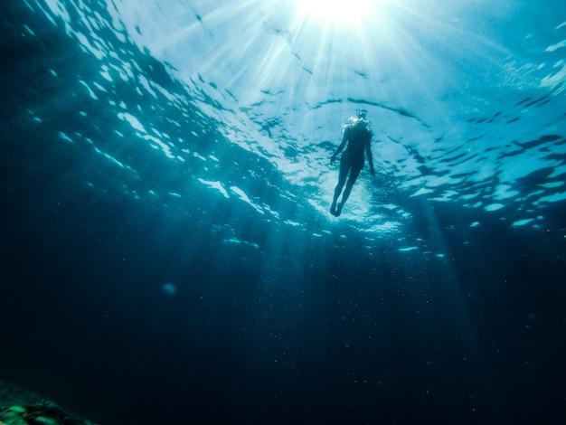 L'operatore subacqueo femminile emerge dal mare