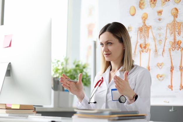 La dottoressa conduce una formazione online in medicina attraverso la comunicazione online