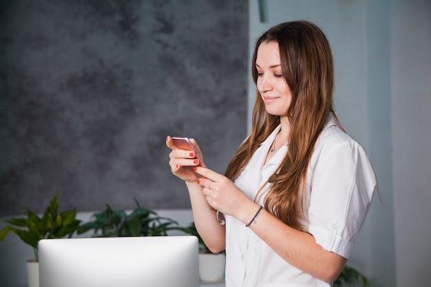 Paziente consultantesi medico femminile dal telefono cellulare. discutere la diagnosi per telefono in clinica. concetto di diagnostica di medicina sanitaria