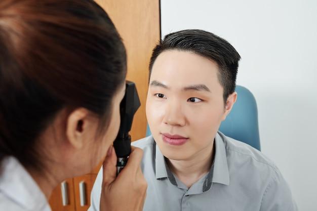 Medico femminile che esamina il paziente