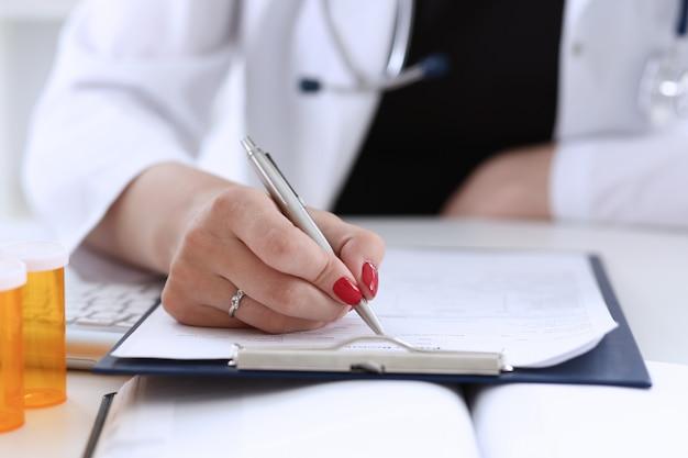 Penna d'argento della stretta della mano femminile del medico