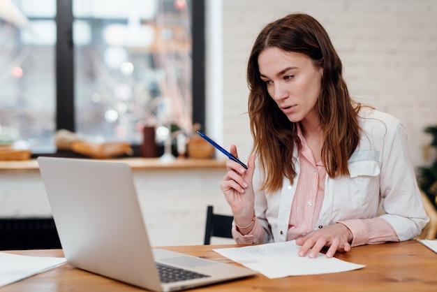 La dottoressa ha un appuntamento online seduto alla sua scrivania davanti al suo laptop.