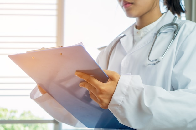 Appunti di prescrizione di scrittura di medico medico femminile di medico con informazioni pap della registrazione