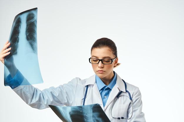 Medico donna medicina raggi x lavoro di trattamento ospedaliero