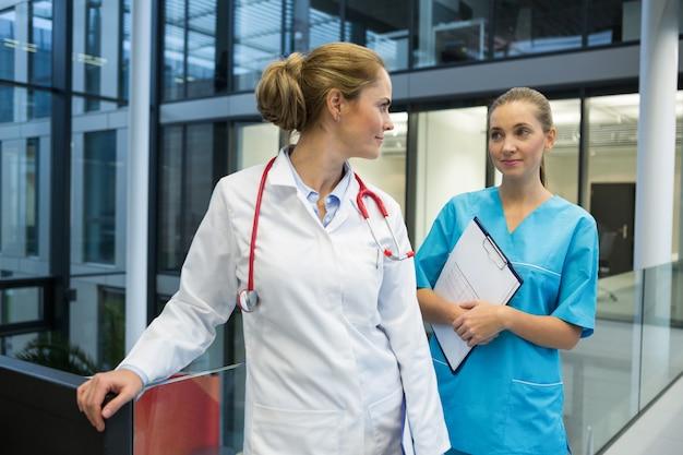 Dottoressa e infermiera in piedi nel corridoio