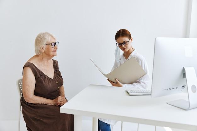 Trattamento professionale per l'esame del paziente medico femminile