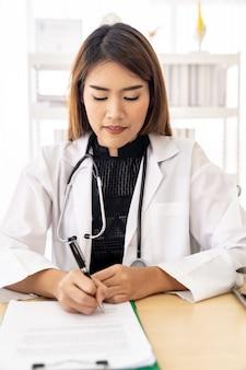 Documento di segno ritratto medico femminile