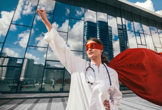 La dottoressa in un mantello da supereroe è pronta ad aiutare