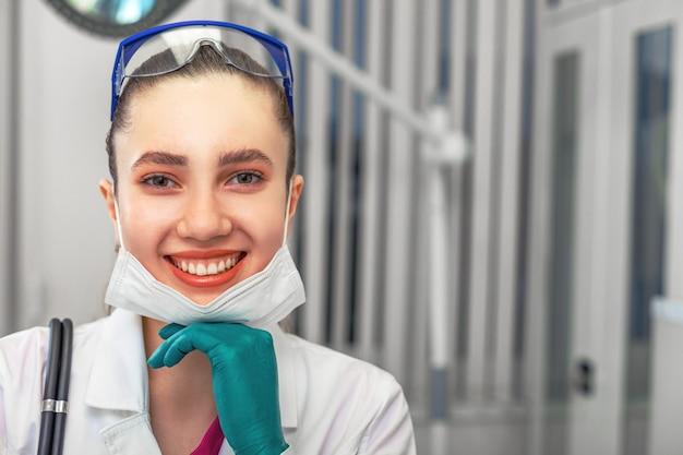 Dottoressa si toglie la maschera, vittoria sul virus il concetto di vittoria sull'epidemia