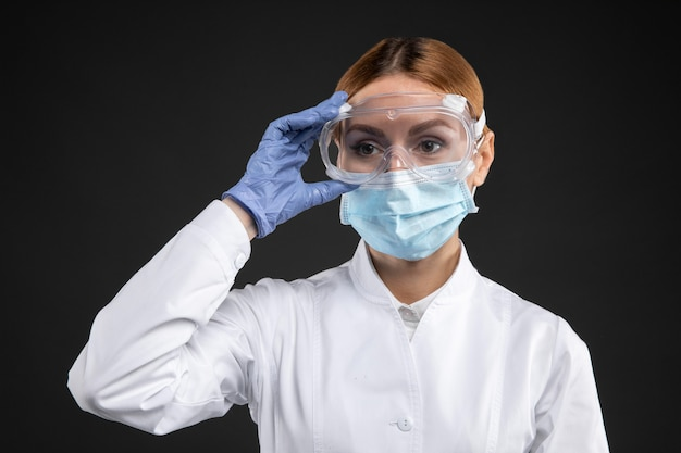 Medico donna che indossa attrezzature mediche