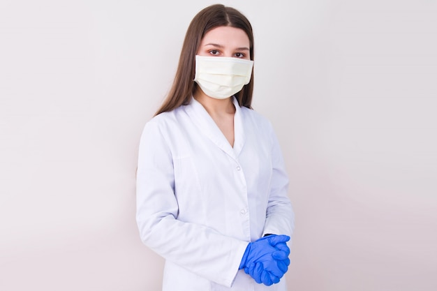 Maschera e guanti d'uso di protezione di medico femminile.