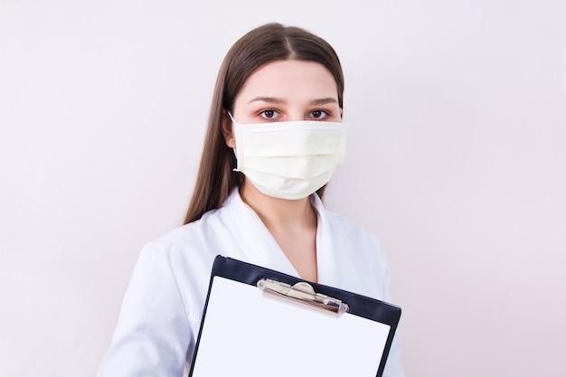 Maschera di protezione da portare del medico femminile.