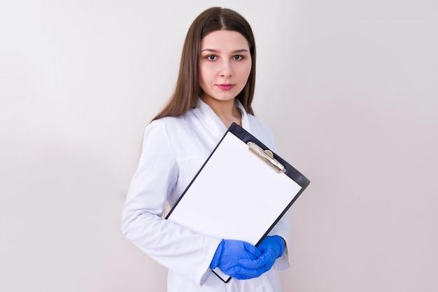 Medico femminile che indossa guanti protettivi e che tiene le note.