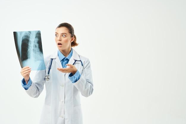 Medico donna camice bianco raggi x ospedale sanitario