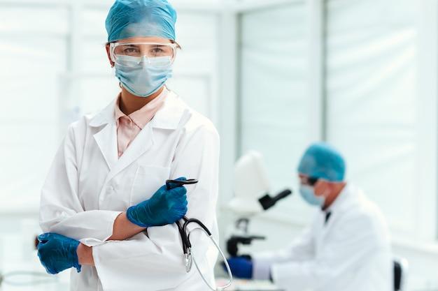 Dottoressa con uno stetoscopio in piedi in laboratorio