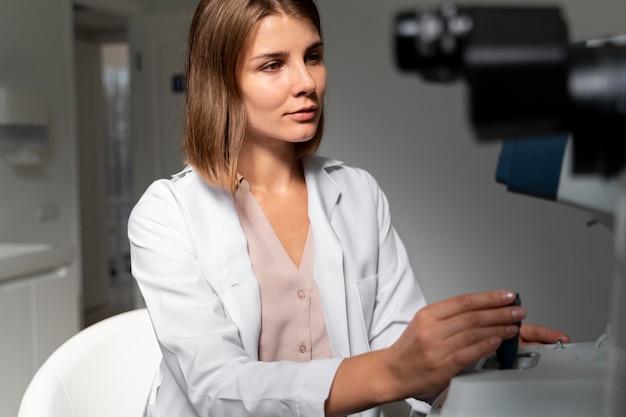 Dottoressa che lavora nella sua clinica di oftalmologia