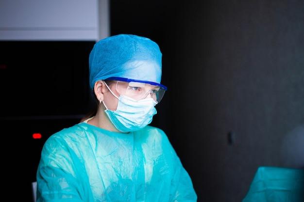 Dottoressa che lavora in internet in ospedale di notte concetto di lavoro straordinario
