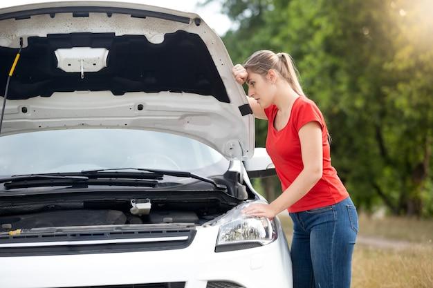 Autista donna sconvolta a causa dell'auto rotta in campagna