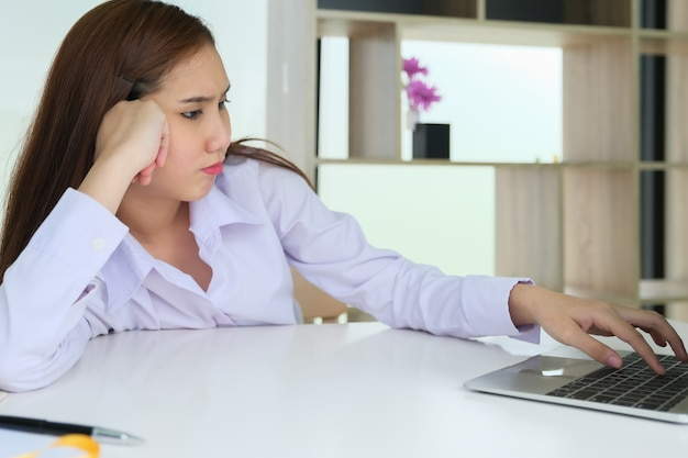 Le dipendenti di sesso femminile mostrano stanchezza dall'uso del computer.