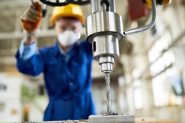 Mulino noioso di funzionamento dell'operaio femminile alla fabbrica