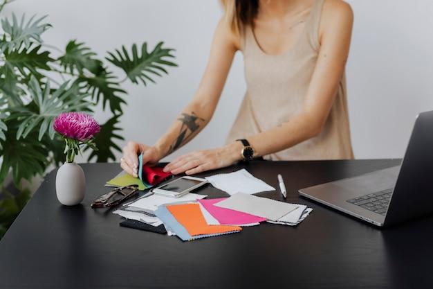 Stilista femminile che sceglie campioni di tessuto