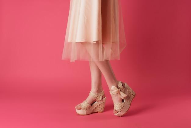 Piedi femminili moda scarpe stile elegante vista ritagliata sfondo rosa