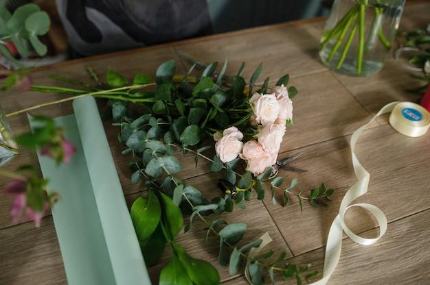 Fiorista femmina creando bellissimi bouquet nel negozio di fiori