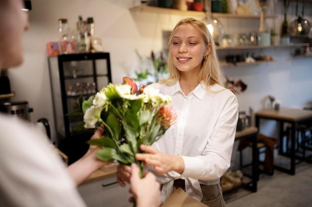 Fiorista femminile che tiene un bel bouquet