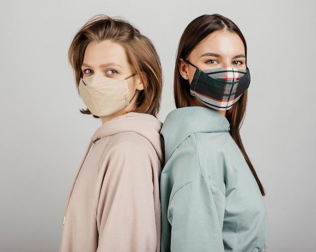 Amici femminili che indossano maschere