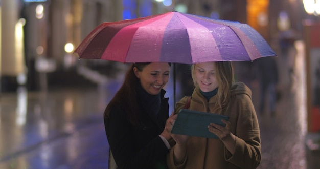 Amiche con tablet sotto l'ombrellone