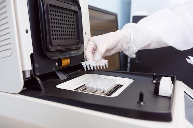 Operaio di genetica femminile posizionando le strisce