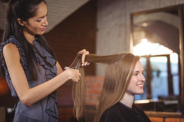 Femmina che si fa tagliare i capelli