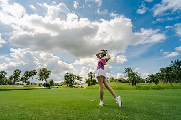 Giocatore di golf femminile che gioca a golf nel campo da golf professionale