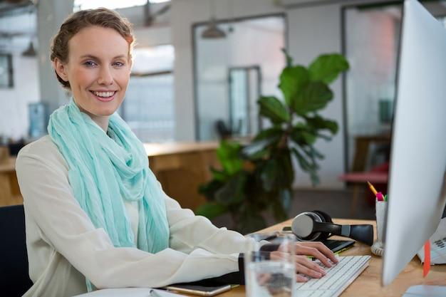 Designer grafico femminile che lavora alla scrivania Foto Premium