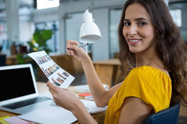 Designer grafico femminile che lavora alla scrivania