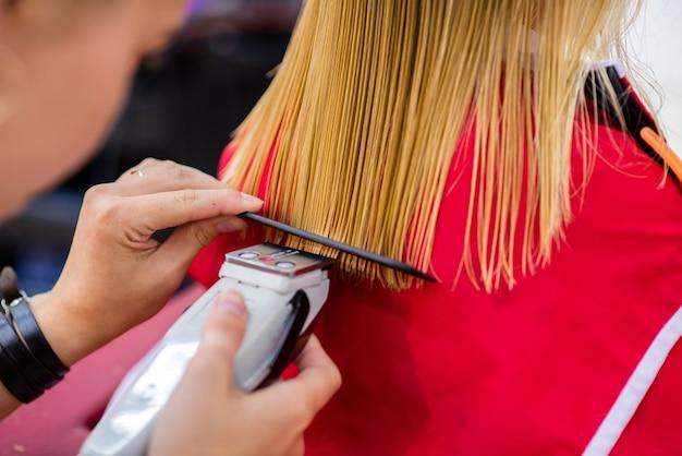 Acconciatura per capelli femminili. servizi nel salone di bellezza.