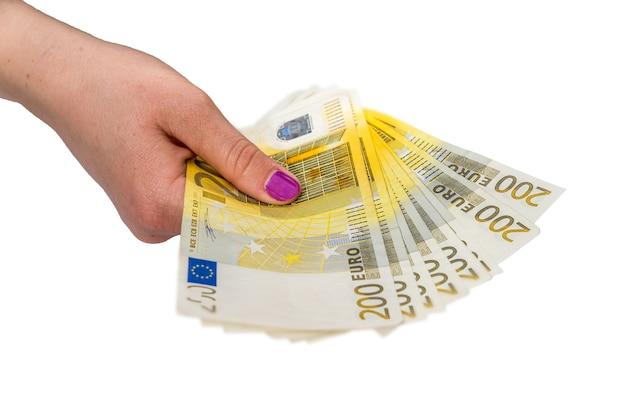 Femmina tenuta in mano 200 banconote in euro isolate su white