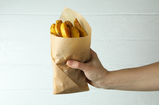 Pacchetto di carta della stretta della mano femminile di spicchi di patate