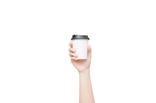 Mano femminile che tiene una tazza di carta del caffè su bianco
