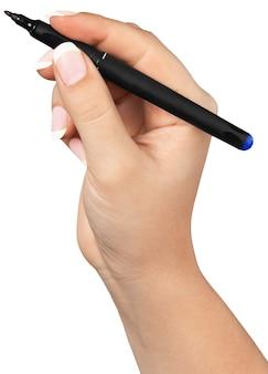 La mano femminile è pronta per disegnare con pennarello nero. isolato su bianco.