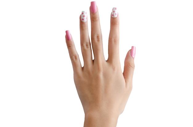 Belle unghie rosa dipinte a mano femminili su fondo bianco