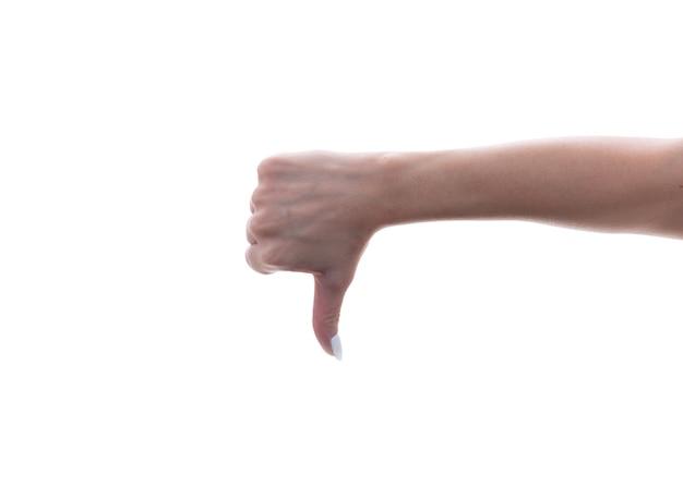 Mano femminile che mostra un gesto del pollice giù, isolato.