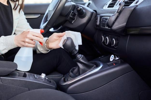Disinfettante disinfettante a mano femminile e salviettine umidificate antisettiche per la disinfezione dell'auto