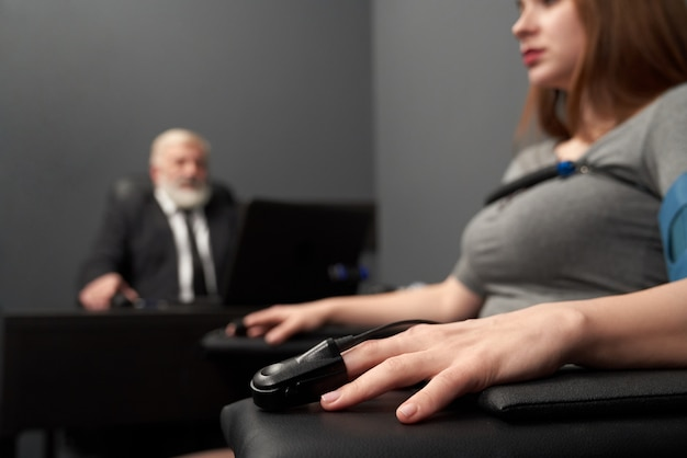 Mano femminile con indicatore per la misurazione dell'impulso sul test di verità